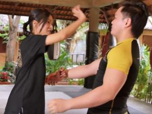 Johnny Trí Nguyễn làm clip hướng dẫn bạn nữ cách tự vệ khi bị quấy rối tình dục