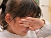 Bé gái bỗng phát ra âm thanh như tiếng chó sủa, cha mẹ cần hạn chế điều này với trẻ