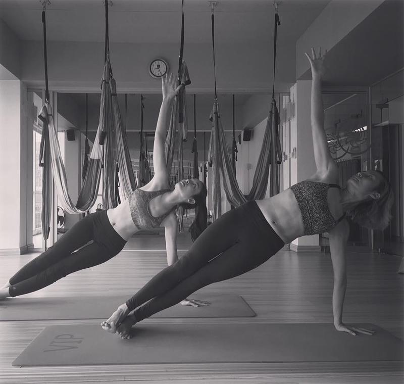 Bí quyết để mỹ nhân chuyển giới có thể giữ được thân hình gợi cảm, hoàn hảo từng centimet đến từ việc luyện tập yoga mỗi ngày.