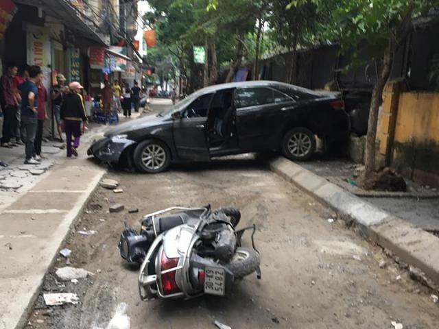 Hiện trường vụ nữ tài xế lùi xe ô tô cán chết người trên phố Khương Trung