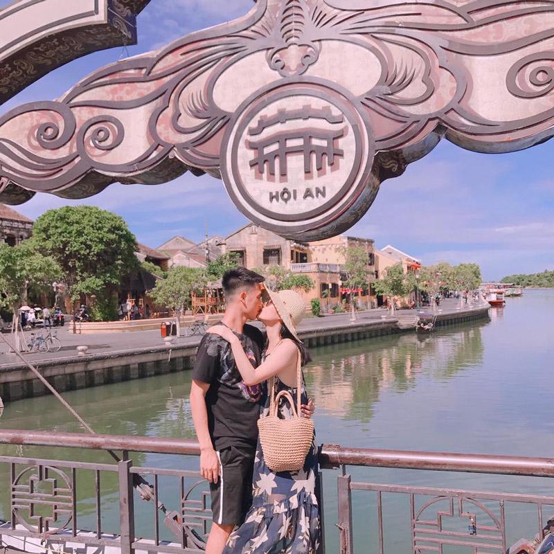 Không ồn ào nhưng câu chuyện quen nhau như phim ngôn tình của cặp đôi Huy Hùng và Thuỳ Dương khiến các cầu thủ cùng người hâm mộ vô cùng ấn tượng trong làng bóng đá Việt.