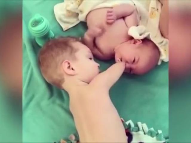 Soup sáng: Cậu bé không tay vẫn dỗ em nín khóc khiến cư dân mạng xúc động