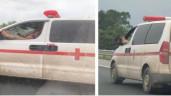 Tài xế xe cứu thương vừa gác chân lên cửa vừa lái xe rồi nghe điện thoại gây tranh cãi