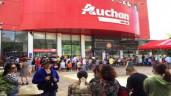 Đám đông hất đồ rơi tứ tung, tranh giành nhau mua hàng giảm giá trong siêu thị Auchan