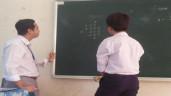 Tiết học cuối năm: thầy trò tỷ thí cờ caro trên bục giảng khiến CĐM thích thú