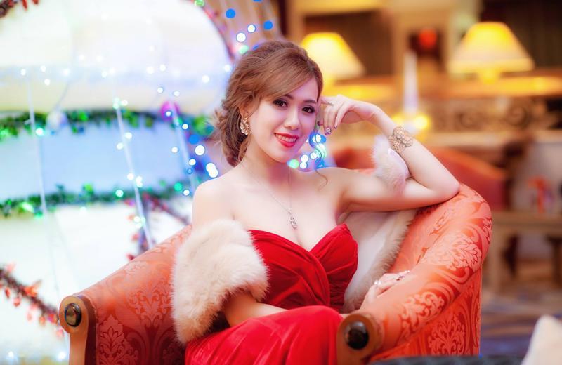 Mai Thỏ tên thật là Bùi Như Mai sinh năm 1991. Cô được xem là một trong những hot girl đời đầu của showbiz Việt.