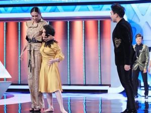 Sốc với hình ảnh chân dài Võ Hoàng Yến đứng cạnh danh hài một mẩu Việt Hương