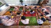 Người Trung Quốc tắm trong nồi lẩu khổng lồ toàn ớt cay