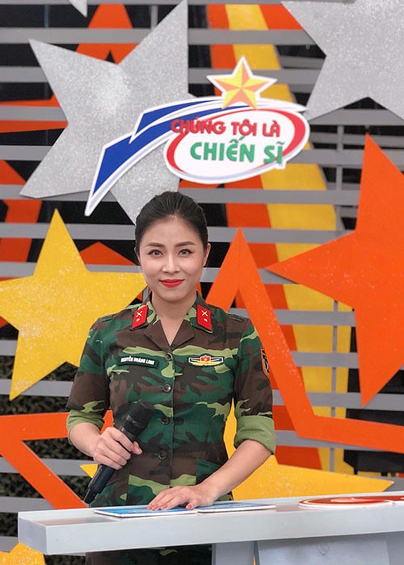 BTV Hoàng Linh nổi tiếng với vai trò dẫn dắt chương trình 'Chúng tôi là chiến sĩ' của đài VTV3, nữ MC sở hữu nhan sắc xinh đẹp và được xem là một trong những mỹ nhân ăn mặc kín đáo nhất mỗi khi lên sóng của đài.