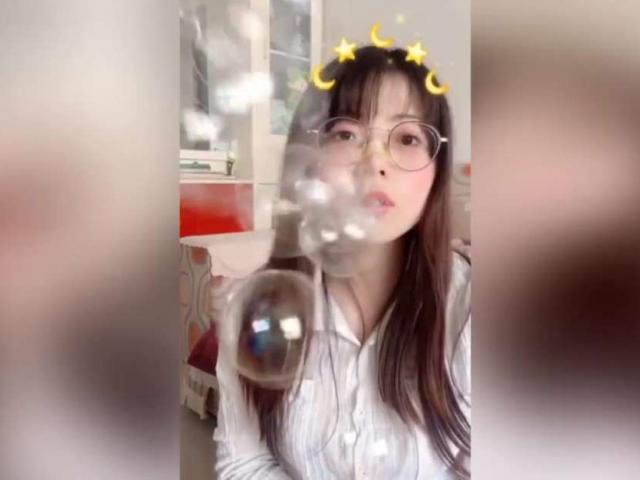 Hot girl thổi bóng Trung Quốc đang gây sốt mạng xã hội