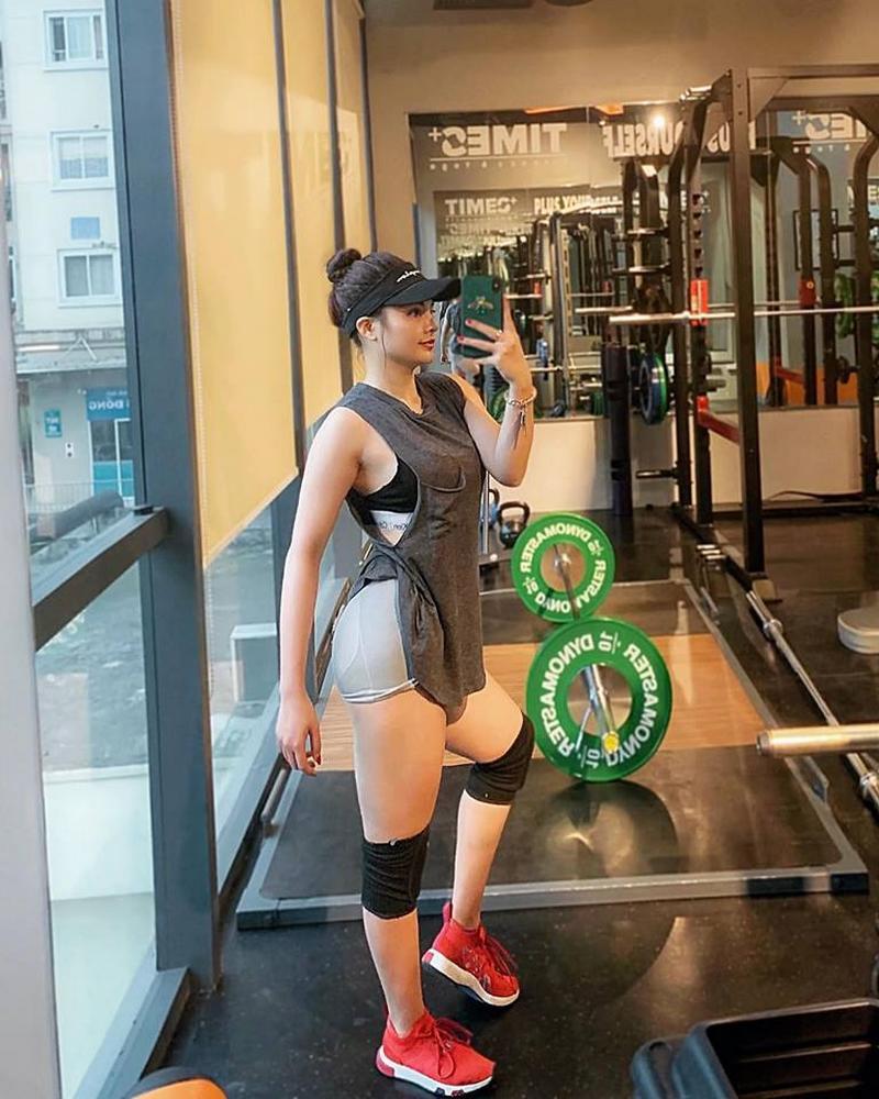Người đẹp thường dành thời gian từ 4-5 buổi một tuần cho việc tập luyện tại phòng gym. Trong những ngày nghỉ, hotgirl vẫn tới phòng gym để vận động nhẹ nhằm giải phóng nguồn năng lượng dư thừa trong cơ thể.