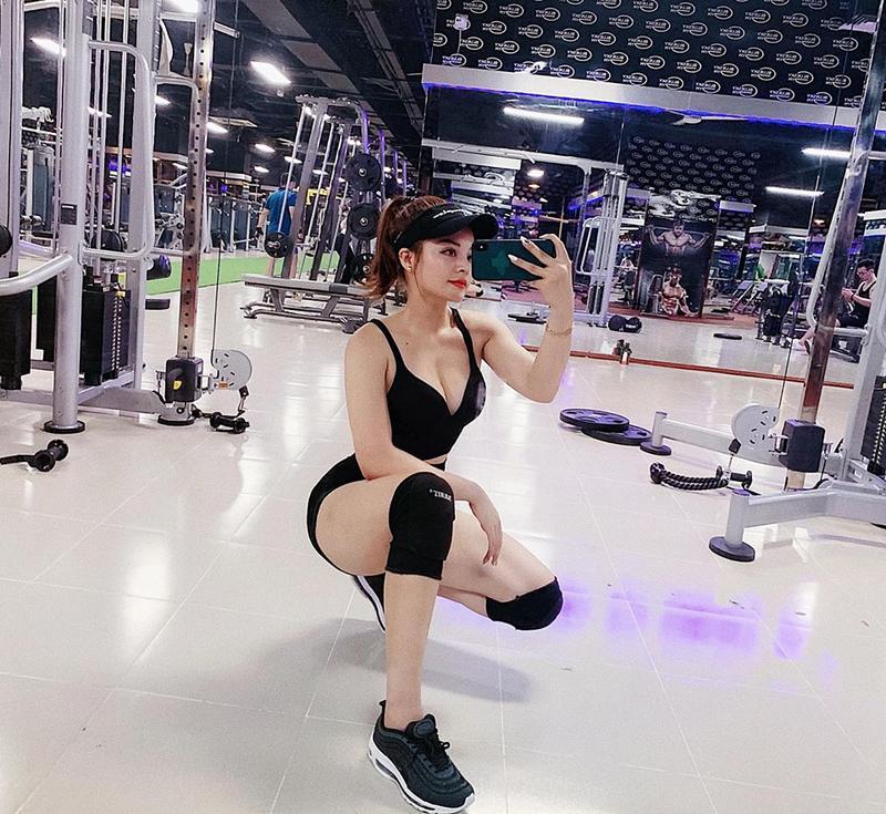 Người đẹp luôn duy trì thói quen tập gym đều đặn kết hợp với một chế độ ăn lành mạnh để duy trì phong độ vóc dáng đẹp hoàn hảo.