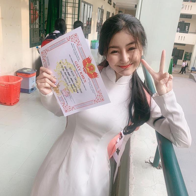 Võ Ngọc Trân là một trong nữ sinh hot nhất tại Sài Gòn, cô nàng sở hữu vẻ ngoài xinh xắn cùng vóc dáng thu hút cùng 1 nụ cười rạng rỡ. Mới đây, màn khoe giấy khen cuối năm của Trân nhận được nhiều sự chú ý của người hâm mộ.
