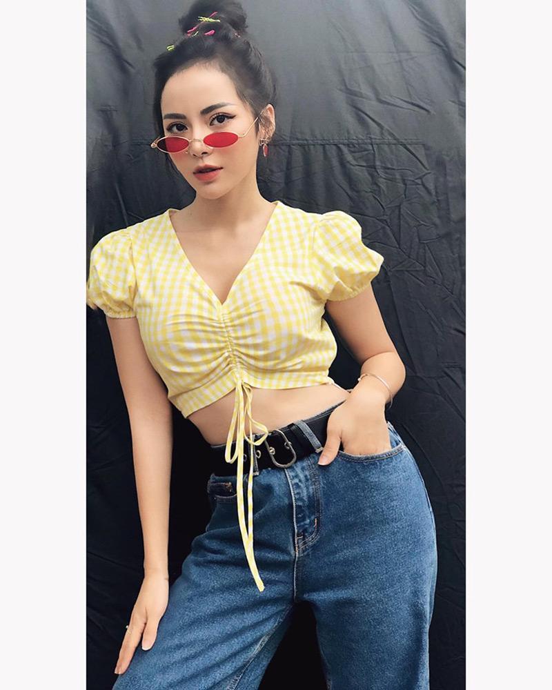 Kim Thành theo đuổi phong cách thời trang gợi cảm. Trên trang cá nhân, cô thường chia sẻ những hình ảnh quyến rũ, sexy bằng ngôn ngữ thời trang khiến nhiều phái đẹp yêu thích và học hỏi.