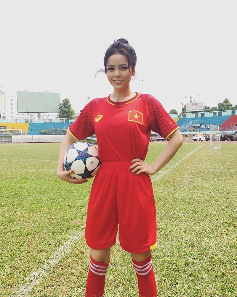 """Kim Thành nổi danh là """"biểu tượng gợi cảm"""" của S-Girls, cô sở hữu đường cong nóng bỏng cùng vòng một căng đầy ngay cả khi diện quần áo thể thao thế này đây."""