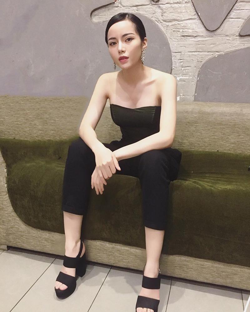 Áo cúp ngực màu đen được cô chọn lựa khéo léo để giấu đi vòng một căng tròn khi cần. Thiết kế màu đen càng khiến cô trở nên bí ẩn và hoàn hảo hơn.