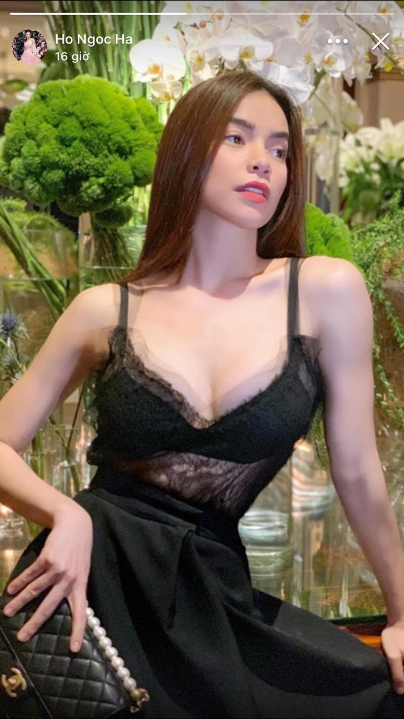 Hồ Ngọc Hà diện áo ren mỏng như sương, khoe trọn nội y bên trong khiến dân mạng choáng vàng. Người đẹp ăn diện theo xu hướng khoe nội yBralette nhưng có vẻ như chiếc áo cô chọn chưa thực sự phù hợp lắm.