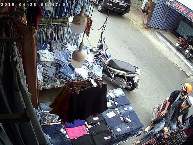 Choáng váng cảnh đôi nam nữ cướp quần jeans ở chợ Hạnh Thông Tây