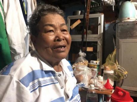 Cụ bà 76 tuổi miệt mài chạy xe ôm nuôi cháu mồ côi: Cuộc đời giống một cuốn phim buồn