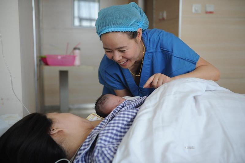 Vài giờ sau, Lưu Li mới được về phòng hậu phẫu và em bé cũng được nằm cùng mẹ luôn.