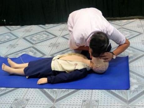 Bé trai 4 tuổi đuối nước ở Thanh Hà: 5 bước sơ cứu chính xác nhất tránh mất mạng