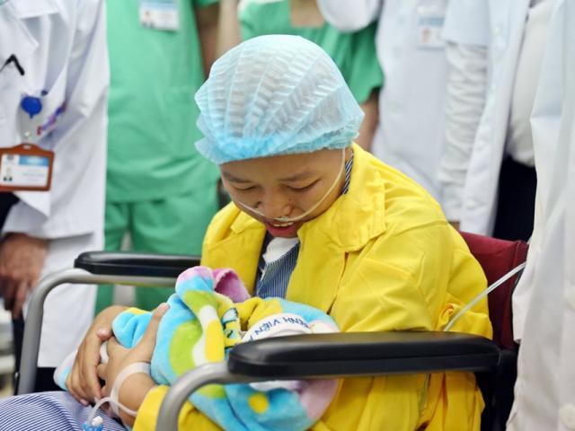 Xúc động mẹ ung thư gặp con sau 23 ngày mong ngóng: Ngoan nhé, khi nào khỏe mẹ lại sang
