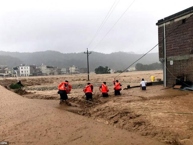 Sạt lở kinh hoàng do mưa lũ, hàng chục xe ô tô bị đánh dạt khỏi đường
