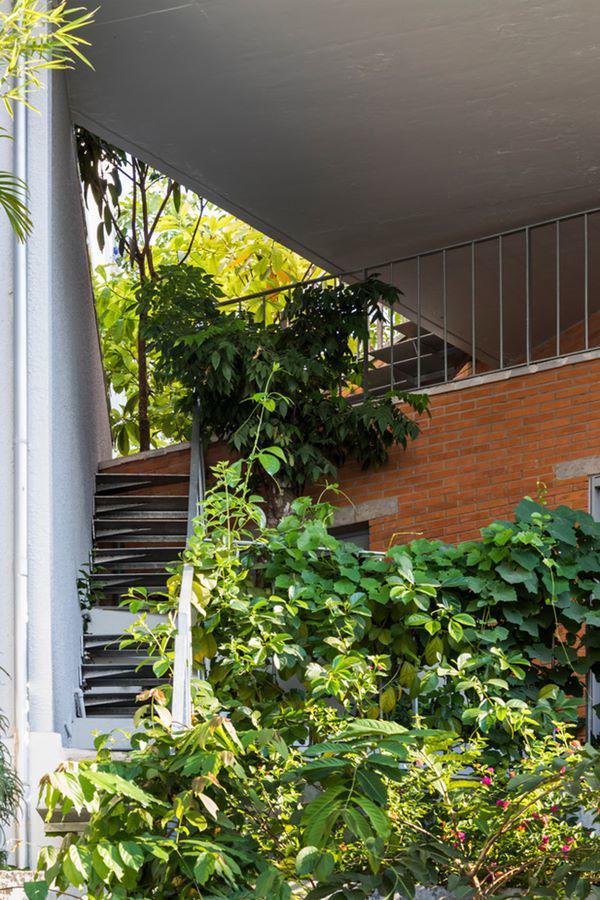 Ngôi nhà xiêu vẹo kỳ lạ tại Việt Nam nổi tiếng khắp báo nước ngoài