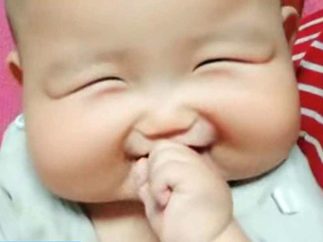 Bé sơ sinh có gương mặt vuông kỳ lạ, chỉ cần cười, mẹ nào cũng đổ liêu xiêu