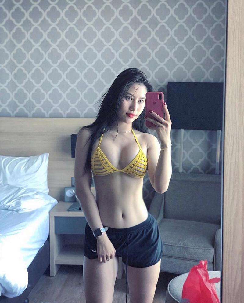 Một trong những khoảnh khắc gây chú ý mạnh mẽ nhất trên mạng xã hội của Trang Lê, khie cô khoe thân hình siêu hot với vòng hai săn chắc trong chiếc áo bikini cut out màu vàng cùng quần ngắn 5cm.