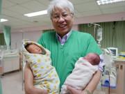 Đỡ đẻ cho mẹ thai đôi sinh thường, bác sĩ hốt hoảng khi thấy em bé ngậm ngón tay mình