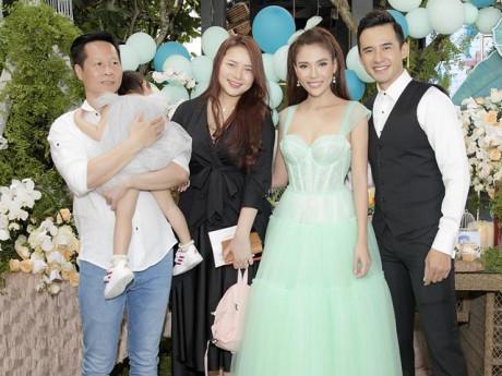 Phan Như Thảo và chồng đại gia bế con gái cưng đi tiệc thôi nôi linh đình nhà Thuý Diễm
