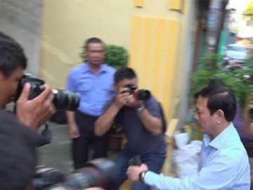 """Xử vụ """"nựng"""" bé gái trong thang máy: Nhìn thấy ống kính, Nguyễn Hữu Linh vào nhà vệ sinh"""