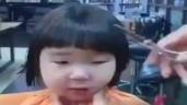 """Bé gái """"khóc một đại dương"""" vì bị cắt tóc kiểu """"nồi úp"""""""