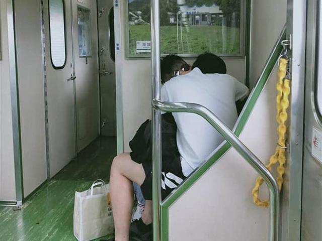 Cặp đôi vô tư mây mưa trên tàu, lúc rời đi còn để lại thứ gây sốc ở ghế
