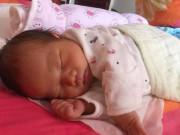 Sau sinh 9 ngày mắt con vẫn không mở, mẹ sợ hãi đi khám nhưng bác sĩ lại bật cười