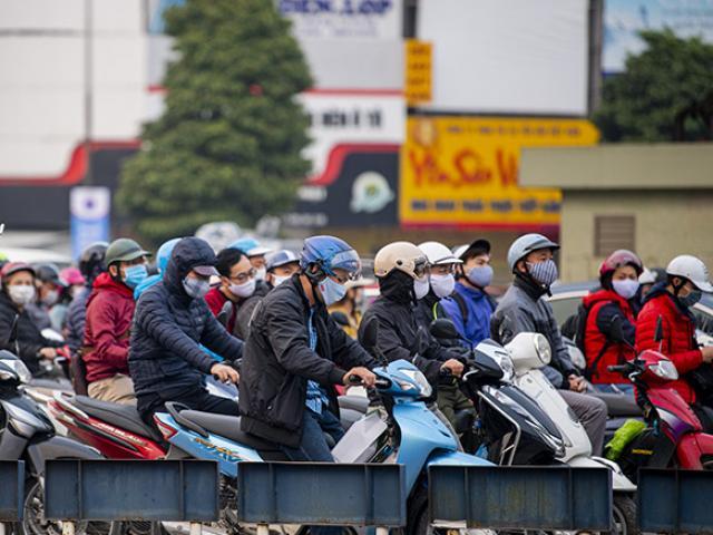 Đường phố Hà Nội nhộn nhịp trở lại trong thời gian cách ly xã hội