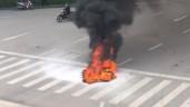 Người dân hoảng hốt khi chiếc xe máy bất ngờ bốc cháy giữa ngã tư Hà Nội