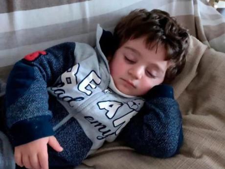 Ở nhà cách ly với bố mẹ, bé trai 3 tuổi qua đời tức tưởi chỉ vì một sợi dây