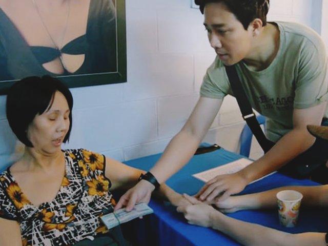 Trấn Thành tặng nghệ sĩ Hoàng Lan xấp tiền lớn