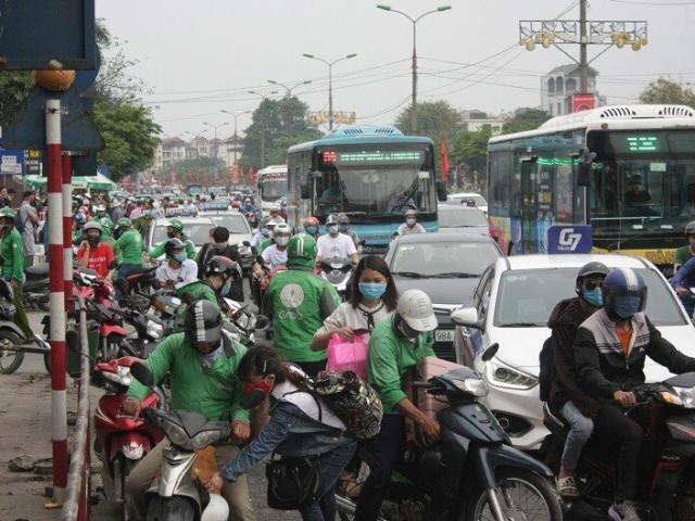 Cửa ngõ Hà Nội ngộp thở sau kỳ nghỉ 30/4-1/5, người dân chen chúc bất chấp lệnh giãn cách