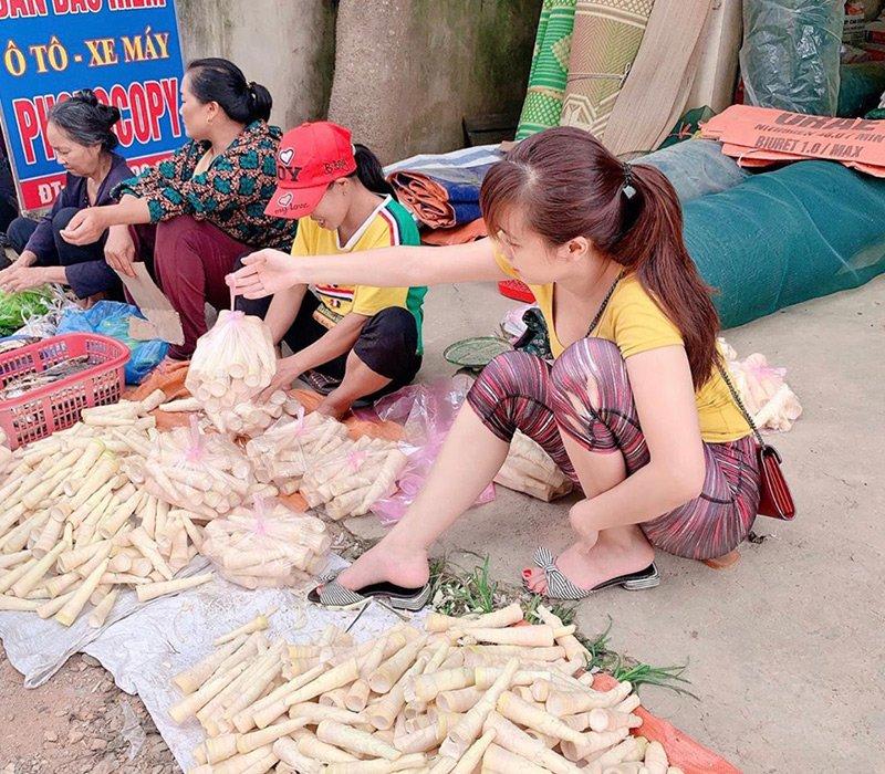 Ngồi bán măng ở chợ trời cho ngoại, cô gái gây chú ý của người đi đường và đồng thời được nhiều cư dân mạng săn lùng danh tính vì quá xinh xắn.