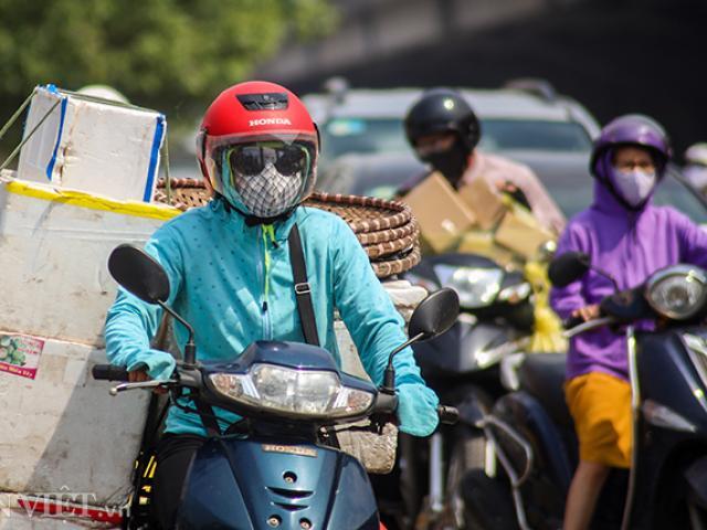 Cận cảnh người Hà Nội trùm kín đầu ra đường, mắc võng ngủ trưa vì nắng nóng
