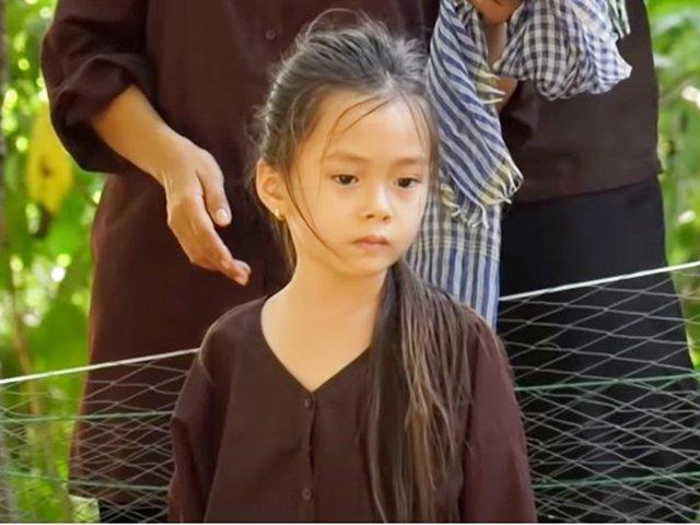 Con gái Đoan Trang la hét, bỏ chạy vì... sợ vịt trên sóng truyền hình