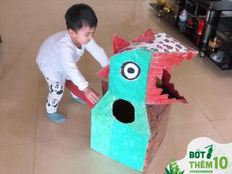 Mẹ Hà Nội tận dụng bìa các tông làm khủng long to bự, con trai thích thú chạy khắp nhà