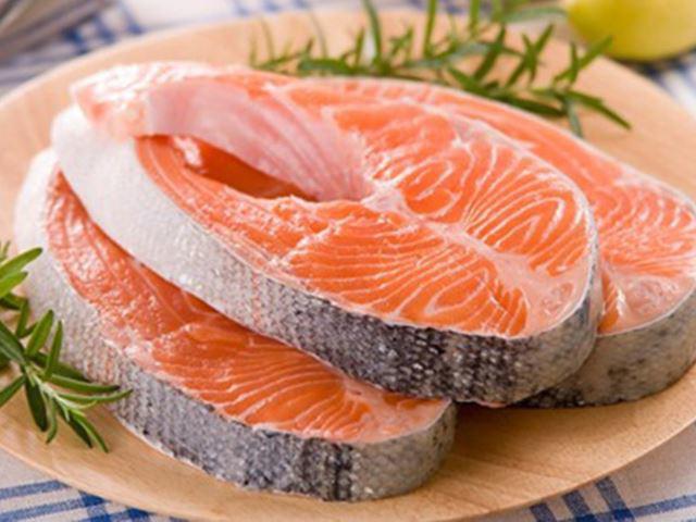Cháo cá hồi nấu với rau gì cho bé ăn dặm giàu dinh dưỡng mà không bị tanh?