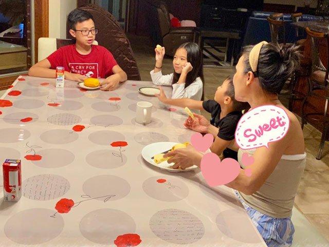 Bức hình tình cảm của Hồng Ngọc ngồi ăn cùng 3 con sau 2 tuần bị tai nạn