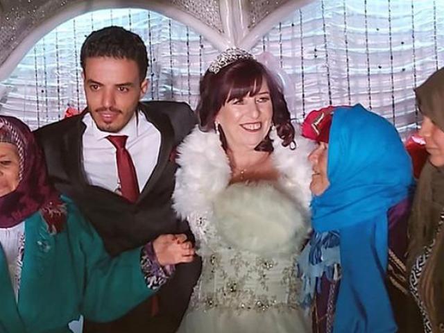 Cô dâu 62 kết hôn với chú rể 26 chỉ sau một lần kết bạn nhầm trên Facebook