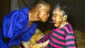 Cảm động cảnh người đàn ông không tay dùng miệng bón thức ăn cho mẹ 91 tuổi
