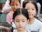Làm mẹ - Cô bé mẫu giáo nổi bật trong bức ảnh tập thế, ai nhìn cũng xuýt xoa vì khí chất